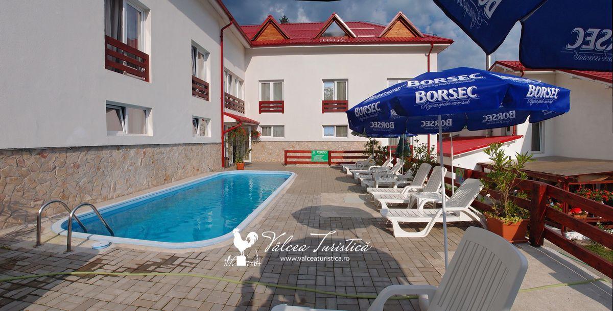 piscina-exterioara-hotelul-domnitei