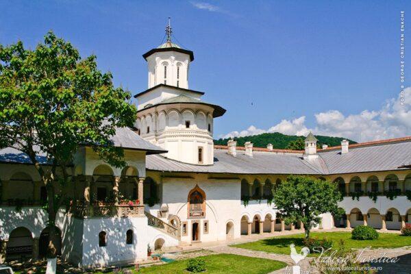 Curtea mănăstirii Horezu